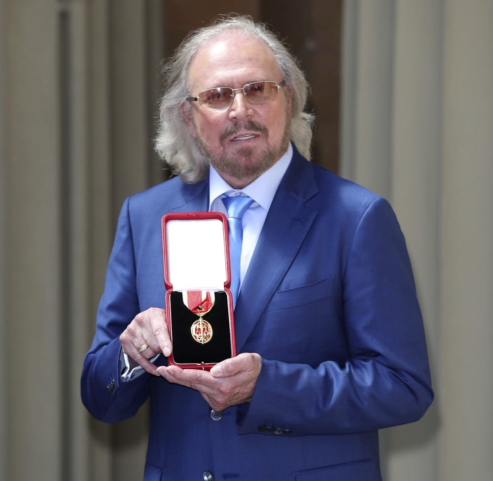 Barry Gibb - condecorado Cavaleiro do Palácio de Buckingham